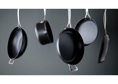 le creuset les forg es poele anti adh sive 30 cm les secrets du chef. Black Bedroom Furniture Sets. Home Design Ideas