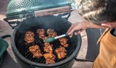 Dahk Galbi : Cuisses de poulet marinées et grillées, avec sauce Ssamjang
